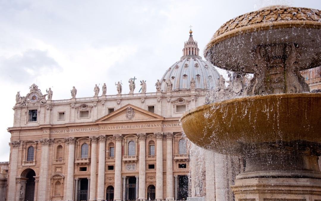 La Basilica di San Pietro con Papa Francesco presa d'assalto da migliaia di turisti
