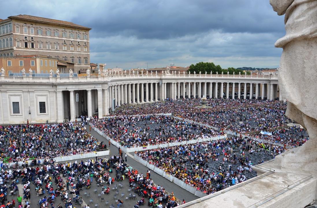 Piazza San Pietro con i turisti